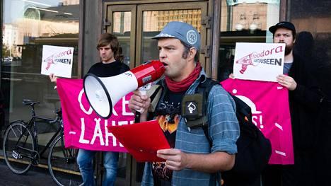 Tuomas Tammisto puhui syyskuun alussa mielenosoituksessa, jossa vaadittiin oikeutta Foodoran läheteille.