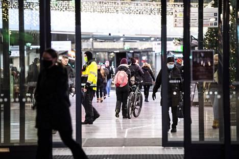 OULU: –Maski pitää olla päällä joka paikassa, viestintäjohtaja Mikko Salmi tiivistää Oulun tilanteen. Kauppakeskus Valkean asiakkaita tiistaina.