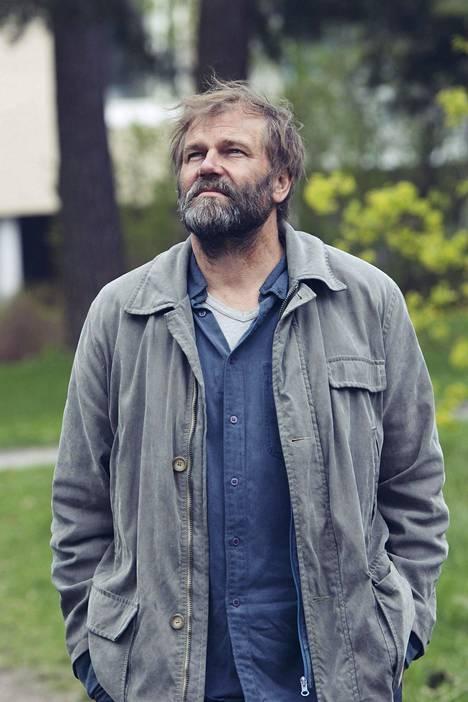 Päin seinää -elokuvassa Lehtinen näytteli ongelmissa olevan nuoren Takun isoisää Sakkea.