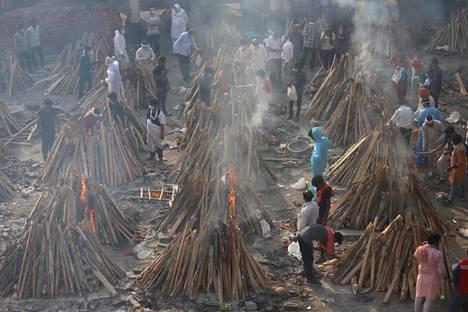 Koronapotilaita tuhkataan New Delhissä Gazipurin krematoriossa. Asiantuntijoiden mukaan suuri osa koronakuolemista ei koskaan päädy virallisiin tilastoihin.
