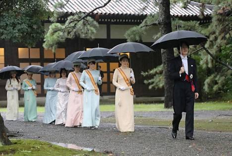 Kruununprinssi Akishino ja kruununprinsessa Kiko matkalla seremoniaan.