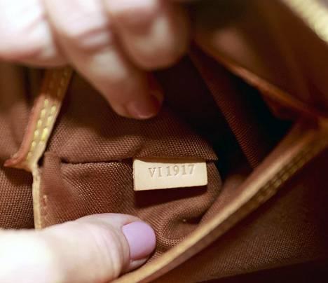 Ainakin Luis Vuittonilla aidossa laukussa, 1980-luvun jälkeen valmistetussa, on myös niin kutsuttu date code, numerosarja, josta voi tarkistaa valmistusajan ja paikan. On mahdollista, että näitäkin väärennetään.