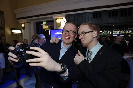 Perussuomalaisten vaalivalvojaiset Simon Elo otti selfien Toni Ahvan kanssa.
