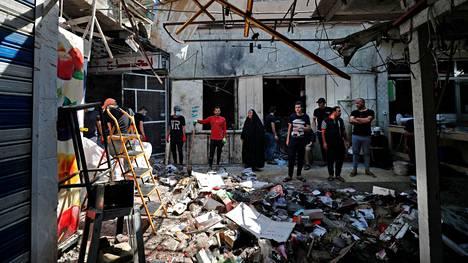 Itsemurhapommittajan iskun jälkiä tarkasteltiin Bagdadissa kesäkuun lopussa. Isis ilmoittautui iskun tekijäksi.