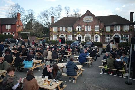 Ravintoloihin ei saa mennä sisälle, joten Lontoossa oli rakennettu useita suuria terasseja ulos. Kuvassa The Fox on the Hill -pubin terassi.