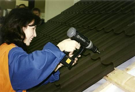 Vientimyyjän koulutukseen kuului kattoasennuksen opettelu. –Piti tietää, mitä myy, Nadja perustelee.