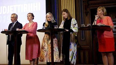 """Pääministeri Antti Rinne (sd) kertoi budjettiriihen jälkeen Ylellä pistävänsä päänsä pantiksi siitä, että """"ensi vuoden elokuussa on vähintään 30 000 uutta työllistä""""."""