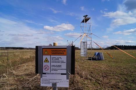 Hanhien karkottamiseen tarkoitettu lasersäde on vaarallinen ihmissilmälle. Siksi karkotusalue on aidattava ja varustettava varoitustauluin.