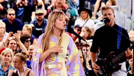 Lxandra esiintyi Flow-yleisölle lauantaina. Kitaraa soittaa hänen veljensä Benjamin Lehti.