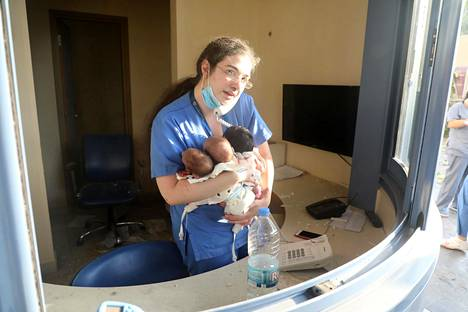 Sairaanhoitaja huolehti kolmesta vauvasta kaaoksen keskellä olevassa sairaalassa.