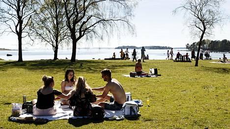 Lämpö helli ulkoilijoita Helsingin Lauttasaaressa 13. toukokuuta 2018.