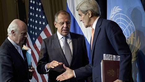 Sergei Lavrov (kesk.) ja John Kerry (oik.) paiskasivat sovinnottomuuden kättä.