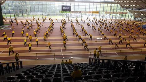 Kupittaalla kokoontuu joka keskiviikko satoja keltapukuisia miehiä.