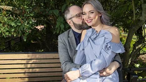 Tuomas Enbuske ja Sarian Antila kihlautuivat toukokuussa. Pariskunnan yhteinen projekti on podcast, jossa he puhuvat rakkaudesta ja parisuhteista tunnettujen pariskuntien kanssa.