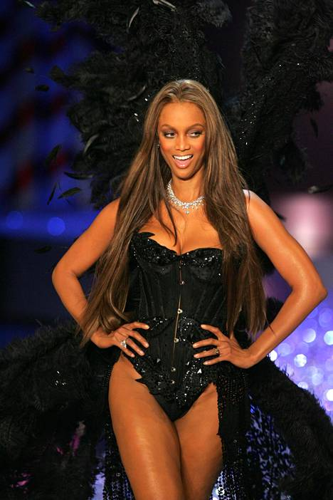 """Tyra Banks vuonna 2005. Hän on yksi tunnetuimpia alusasujätin """"enkeleitä""""."""