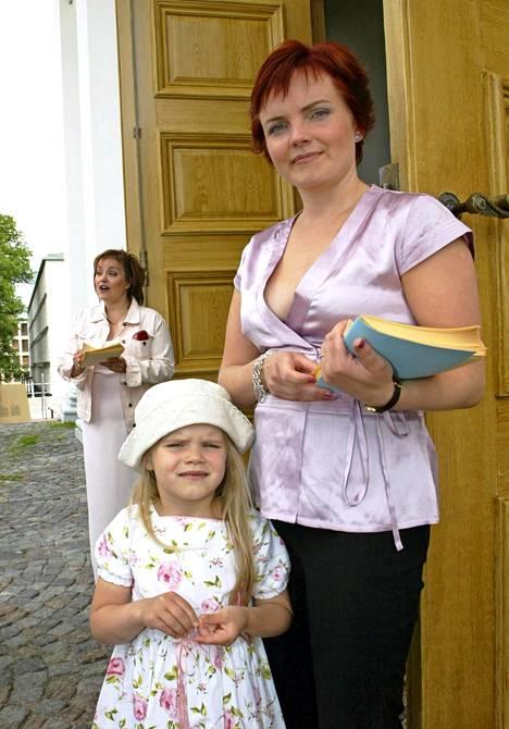 Ada Forsberg on päässyt äitinsä mukana moniin tapahtumiin. Tässä Nina Tapio tyttärensä kanssa Hanna-Riikka Siitosen ja Janne Virtasen häissä vuonna 2003.