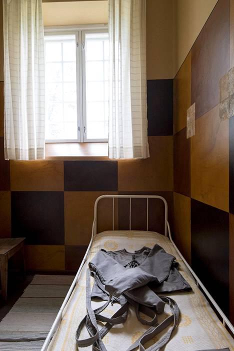 Päärakennuksen yhdessä huoneessa säilytetään sairaalan vanhaa esineistöä.