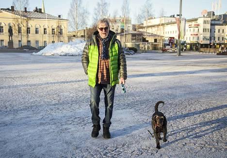 Aake Kalliala ja Hönö-koira viihtyvät hyvin Mikkelissä.