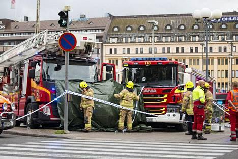 Pelastuslaitos puukotuspaikalla Turun torilla toissa viikon perjantaina.