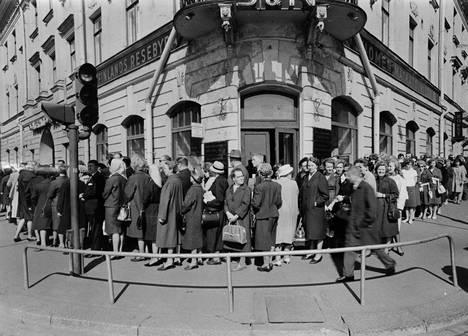 Helsingissä jonotettiin isorokkorokotukseen toukokuussa 1963.