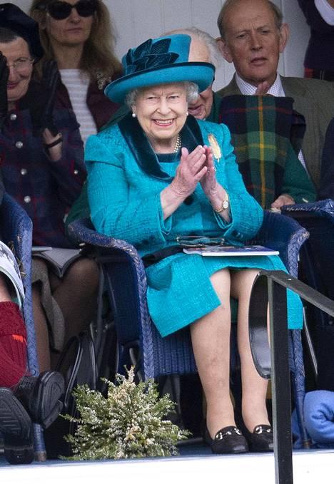 Kuningatar Elisabet lomailee joka kesä hulppeassa linnassaan Skotlannissa.