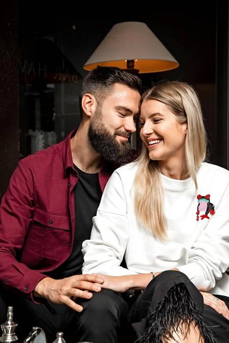 Tim Sparv ja Jitka Novackova odottivat perjantaina aamupäivällä Linnan juhlien alkua helsinkiläisessä hotellissa.