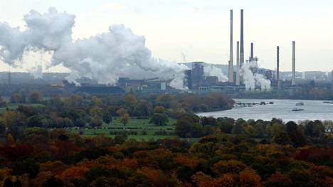Teollisuusmaisemaa Thyssenkruppin tehtaan edustalla Saksan Duisburgissa 11. marraskuuta.