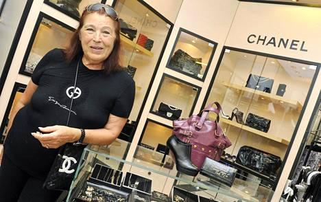 Margaretha Aittokoski on myynyt Chanelin tuotteita vuosikymmeniä. Hän tapasi bisnesten yhteydessä myös Karl Lagerfeldin.