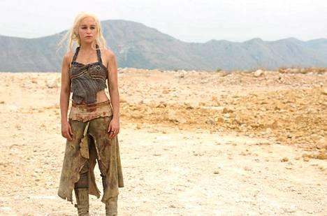 Näyttelijätär Emilia Clarke esittää sarjassa Daenerysta.