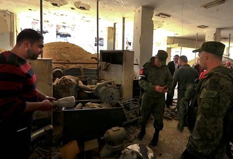 Venäläiset sotilaat tutkivat rakennuksia Dumassa medialle järjestetyllä kierroksella.