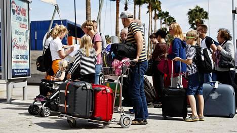Ulkoministeriö kehottaa edelleen välttämään tarpeetonta matkustamista ja omaehtoista karanteenia suositellaan. Suomesta ulkomaille matkustavien on hyvä itse tarkistaa matkakohteen tilanne.