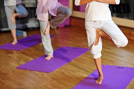 Nuoremmille yhden jalan seisonta on hyvä tapa testata tasapainoa.
