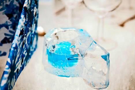 Jääkuksan on veistänyt Lumilinnan veistoksistaankin tunnettu Mauri Markkanen.