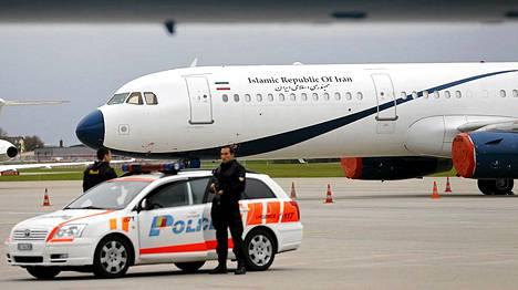 Geneven poliisi on turvaamassa neuvottelujen osapuolten saapumista lentokentällä.