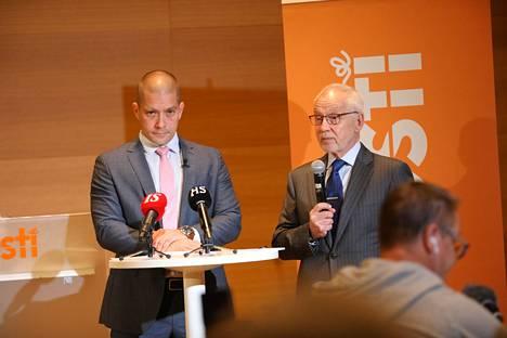 Heikki Malinen jätti paikkansa Postin toimitusjohtajana lokakuun alussa. Kuvassa Posti Groupin väliaikainen toimitusjohtaja Turkka Kuusisto (vas.) ja Postin hallituksen puheenjohtaja Markku Pohjola.