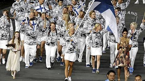 Suomi saapuu, Hanna-Maria Seppälä kantaa lippua.