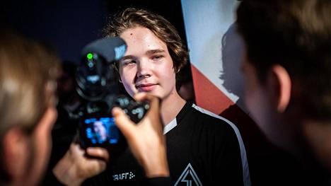 """Elias """"Jamppi"""" Olkkonen, 18, haluaa vastauksia pelijulkaisija Valvelta."""