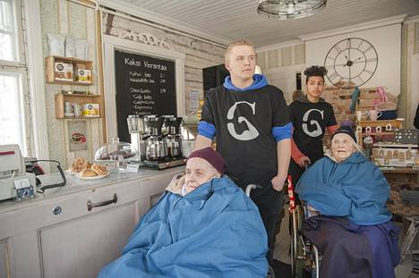 Daniel Söderblomin ja Amir Al-Zeyadin ryhmä veivät maahanmuuttajanuoria ja Suvikujan asumisyksikön vanhuksia kahvilaan tutustumaan iltapäiväkahveille huomattuaan nuorten ja vanhusten välillä kuilun.