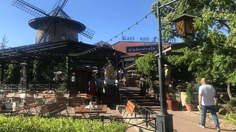 Karl & Friedrich -ravintolalla on valtava terassialue, jossa on monia sokkeloita ja valoisampia tai varjoisampia alueita.