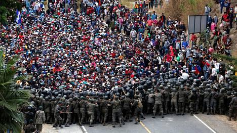 Siirtolaiset yrittivät murtautua viranomaisten linjojen läpi Vado Hondon kylässä Guatemalassa.