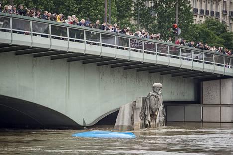 Pont de l'Alma -sillan veistos on vyötäisiään myöten vedessä.