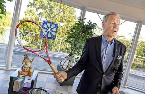 Anders Wiklöf esittelee tennisareenallaan mailaa, jolla Roger Federer voitti Wimbledonin tennisturnauksen 2004.