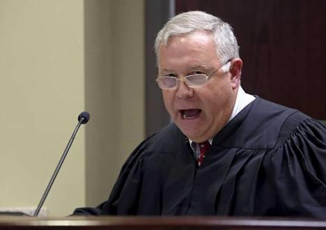 Tuomari James Gosnell puhuu.