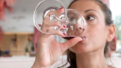 Mitä enemmän alkoholia nauttii, sitä voimakkaampi stressitekijä se on keholle.