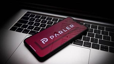 Parler-viestit näyttävät päätyneen hakkerin käsiin.