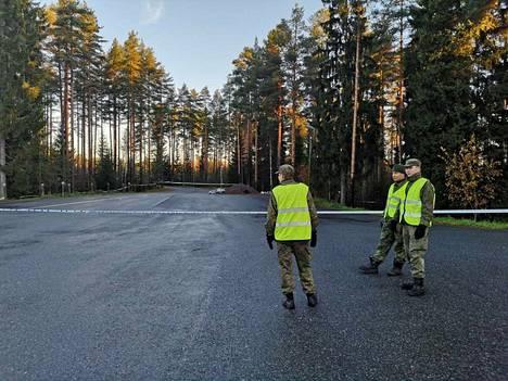 Puolustusvoimat avustaa poliisia alueen eristämisessä.