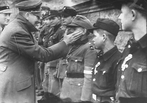 Viimeinen tunnettu valokuva Hitleristä otettiin hänen 56. syntymäpäivänään.