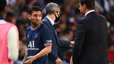 Lionel Messi näytti nyrpeää naamaa, kun PSG:n valmentaja Mauricio Pochettino vaihtoi hänet kentältä ottelussa Lyonia vastaan.