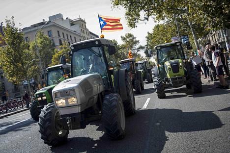 Maanviljelijät ja opiskelijat osoittivat mieltään kansanäänestyksen puolesta Barcelonassa perjantaina.