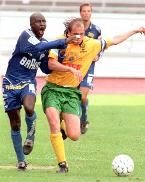 Aly Dia FinnPan paidassa taistelemassa pallosta Ilveksen Timo Korsumäen kanssa.